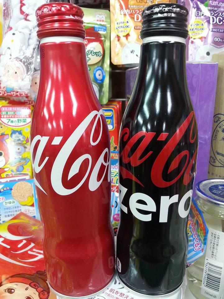 有樂町進口食品  純收藏 勿飲用 COCACOLA日本 100th紀念曲線瓶可口可樂 鋁罐 紅&黑 250cc各一罐4902102114561