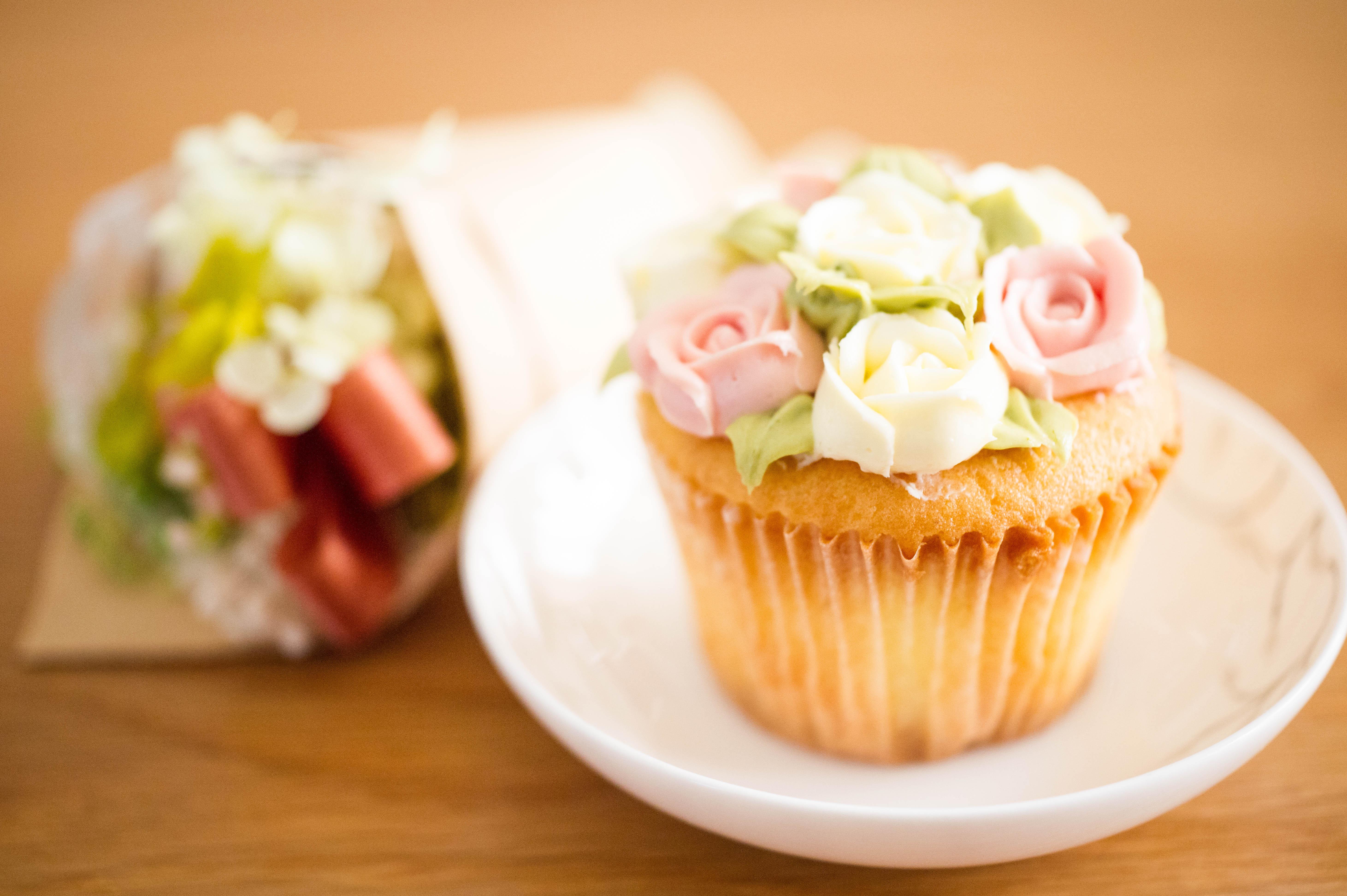 卅十米手作烘焙坊❤婚禮小物❤玫瑰朵朵杯子蛋糕❤10盒(60入)特價$2880❤使用香草磅蛋糕為基底,擠上天然的奶油乳酪糖霜餡料(使用天然的食物萃取粉末),美麗獨特的玫瑰花造型,絕對讓賓客感受到新人的用心喔!