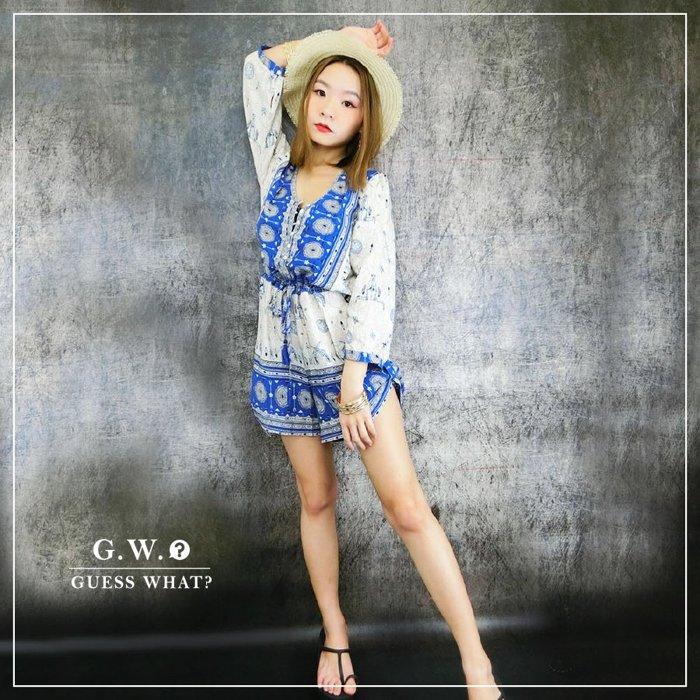 G.W.GUESSWHAT 藍白色 七分袖 歐美民俗風復古圖騰印花 V領 連身褲 慵懶 垂墜 渡假風 短褲 綁帶高腰