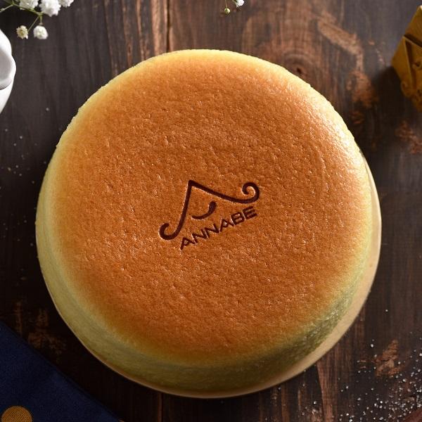 【安娜貝烘焙坊 ANNABE 北海道四葉輕乳酪6吋蛋糕】嚴選自北海道十勝四葉乳酪,新鮮滑順口感綿密,入口後乳酪香持續性長,尾韻充滿微酸甜的香氣。濃郁乳酪幸福味,讓人愛不釋手❤ 團購、伴手禮、聚會、彌月首選#野餐小點#團購美食