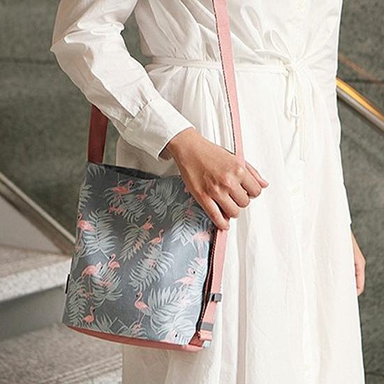 ♚MY COLOR♚韓版印花斜背水桶包 大容量 收納 置物 旅行 出差 購物 便攜 雙肩 出差 夾層【Z49】