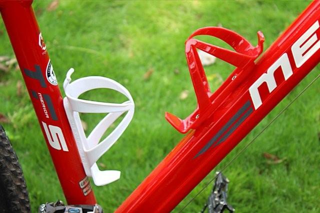 《意生》超值實用 超強力BC彈性塑鋼水壺架(黑、白、藍、紅)輕量型杯架 輕便型水壺架自行車水杯架