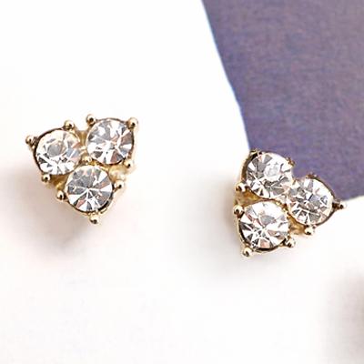 〔APM飾品〕日本Kaza 三角光暈優雅菱鑽耳環(磁石)