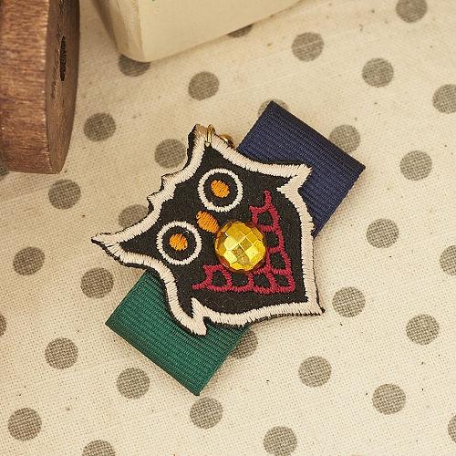 ●ECO安珂●【E5-193】夜巡者 貓頭鷹徽章造型綴寶石 別針/裝飾品