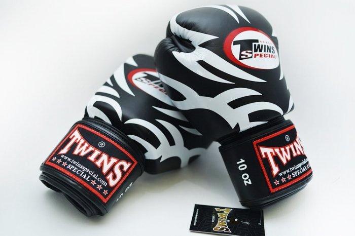 TWINS手工真皮8oz拳擊手套 黑白老虎斑紋 泰國手工製做~品質一流~8oz 小手專用 TWINS手套是一般學員進入拳擊殿堂必敗的品牌之一 品質穩定~只要有好好愛惜保養~非常耐用 TWINS素色才是平常有定期再生產的 花色都是限量的~