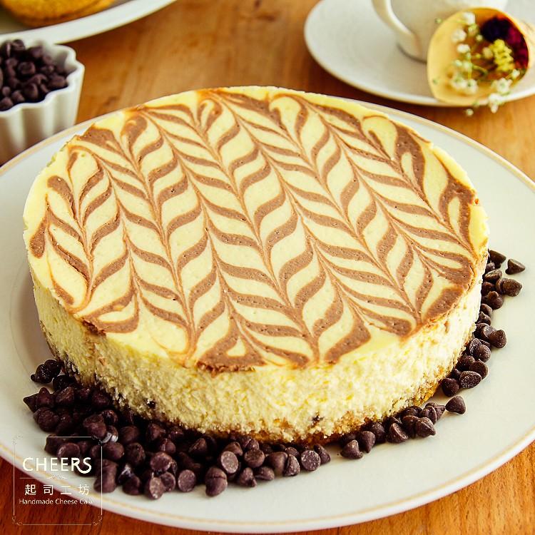 【CHEERS 起司工坊】大理石巧克力重乳酪蛋糕6吋~以經典雅緻的大理石巧克力紋理,享受最歐式的甜點時光。原味重乳酪蛋糕體搭佐滿鋪巧克力豆,完美融合,是最甜美的幸福滋味。[ 慶生、野餐甜點、下午茶時光、團購、伴手禮首選]