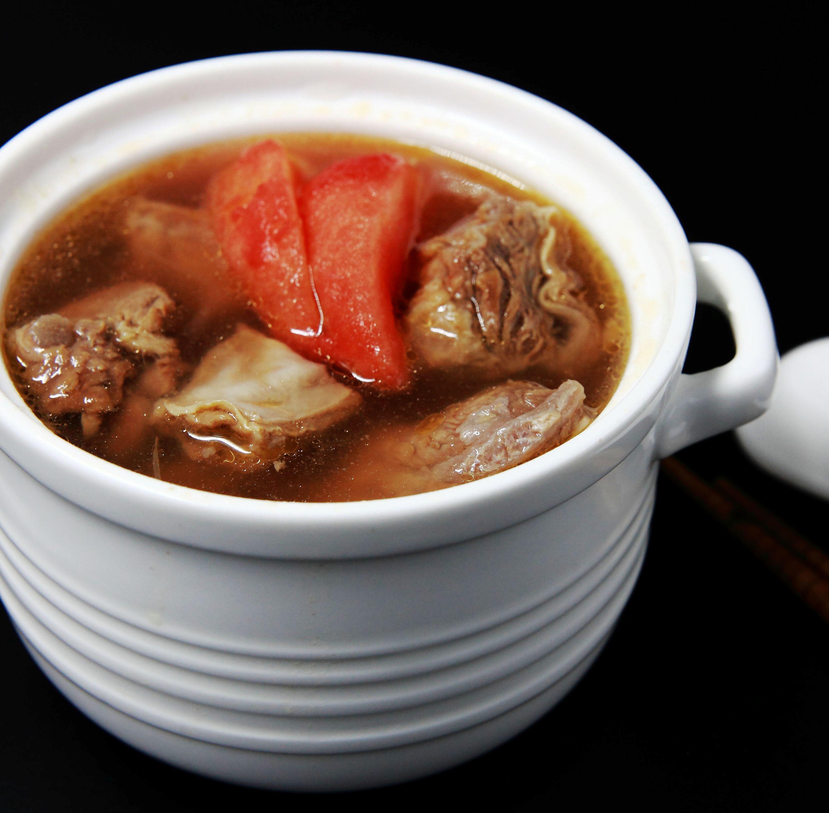 醫生臉綠 蕃茄牛肉湯 (600g)【龍岡圓環】 超過10小時,熬煮浸潤,每滴高湯都富含牛肉的鐵、牛骨的鈣、蔬果的鮮甜和維生素。