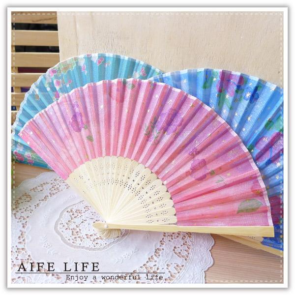 【aife life】竹骨折疊綢扇/婚禮用品/中國風復古扇/手搖扇/折扇/印花絹扇子/cosplay角色扮演/舞蹈表演