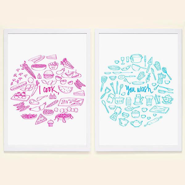 『摩達客』西班牙知名插畫家Judy Kaufmann藝術創作海報掛畫裝飾畫-我煮你洗甜蜜蜜對組 (附Judy本人簽名)(含木框) (一組兩幅畫)