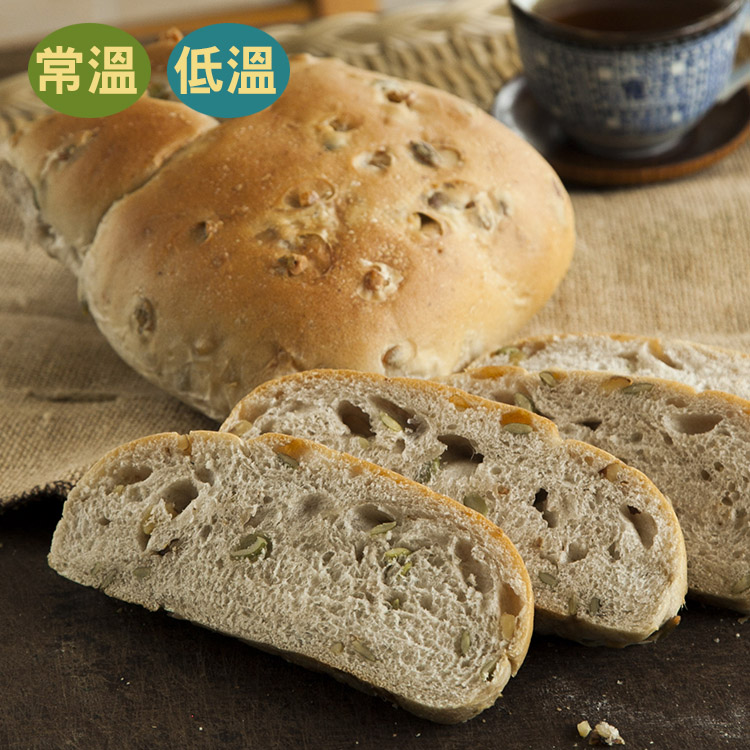 [蕃薯藤]堅果麵包(T-W/C)堅果麵包表面撲上了核桃和南瓜子,讓香脆的果料增加麵包的豐富度,吃起來很有飽足感的唷 。