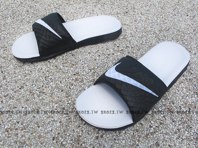 Shoestw【705475-010】NIKE WMNS BENASSI SOLARSOF 拖鞋 軟Q底 黑白 大勾女生
