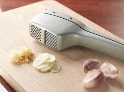 【淘氣寶寶●便宜出清】Jamie Oliver Cast-Zinc Garlic Peeler/Slicer 壓蒜器/蒜泥器具【可切片、切泥 是廚房的好幫手 人體工學設計】
