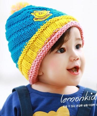 Lemonkid◆秋冬可愛彩色毛球亮眼糖果配色徽章兒童編織毛線帽-藍色