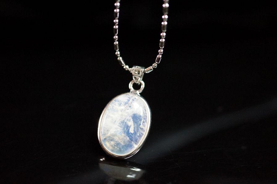 月光石橢圓型純銀墜飾,天然晶體透又帶藍色自然光芒。 °☆╮喨喨飾品╭☆° M308