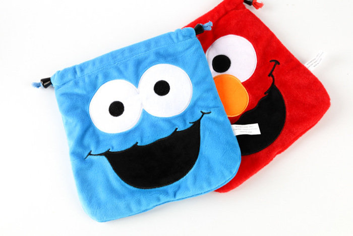 =優生活=日本環球影城經典卡通芝麻街Sesame Street 毛絨束口袋 雜物收納包 相機包 化妝包