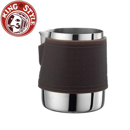 金時代書香咖啡 Tiamo 1029 拉花杯附矽膠杯套300cc 咖啡色