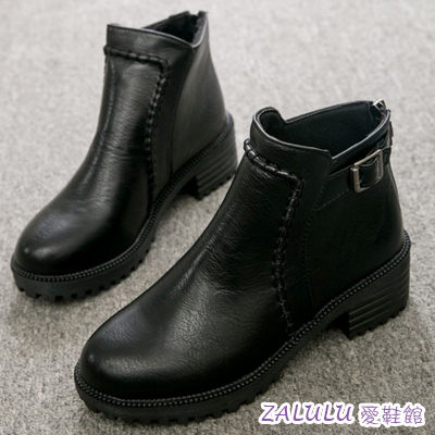 ☼zalulu愛鞋館☼ IE313  現貨出清 車縫線鞋面後皮帶扣中低跟短靴騎士靴-偏小