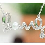 ✻蔻拉時尚✻ [A2070] 時尚氣質百搭短款項鏈 LOVE字母鎖骨項鏈 (( 銀白色 ))