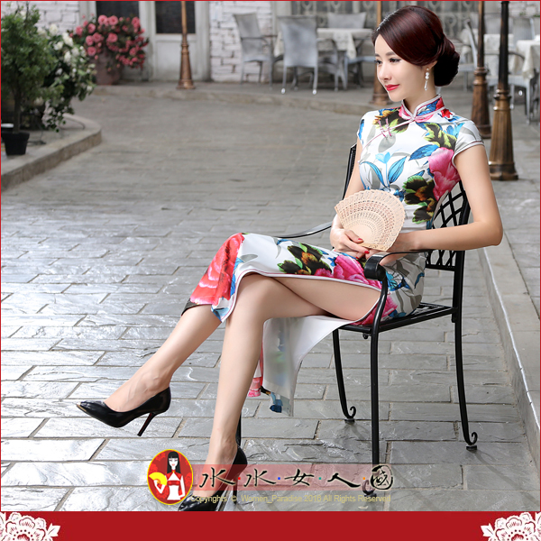 【水水女人國】~優雅浪漫旗袍風~紅丹(白)。復古仿真絲印花側腰一字扣改良式時尚修身長旗袍