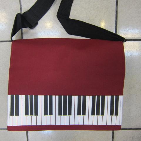 ~雪黛屋~鋼琴簡單式書包 防水布可放A4資料夾上學上班底部車縫延伸背帶耐承重 鋼琴-紅