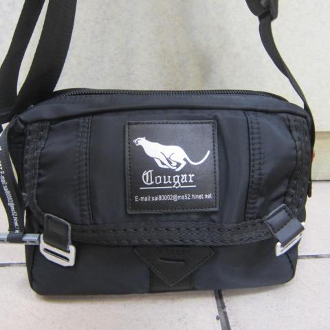 ~雪黛屋~Cougar 休閒側背包美國專櫃進口防水水晶布隨身物品專用肩背斜側背個性CG-7101