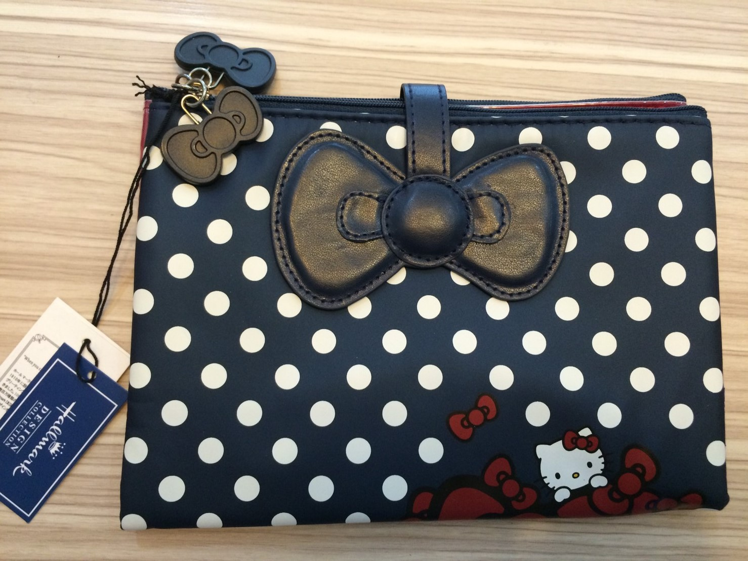 日本三麗鷗SANRIO Hallmark*Hello Kitty 聯名  鈕扣式拉鍊式收納包 護照包