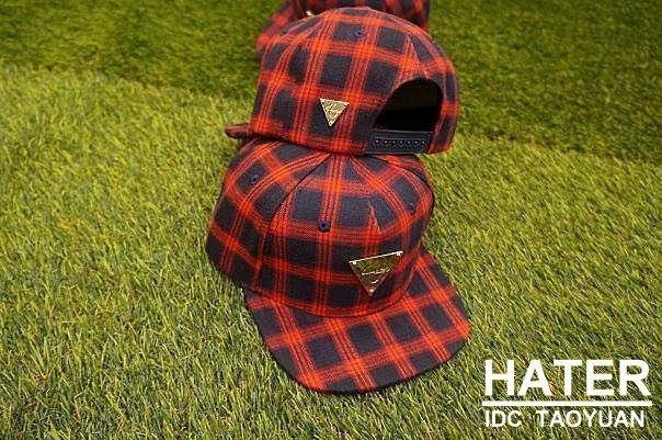 ►法西歐_桃園◄ 新款 HATer Snapback 法蘭絨格紋排扣帽 紅 共兩色 三角金牌 棒球帽 排扣帽