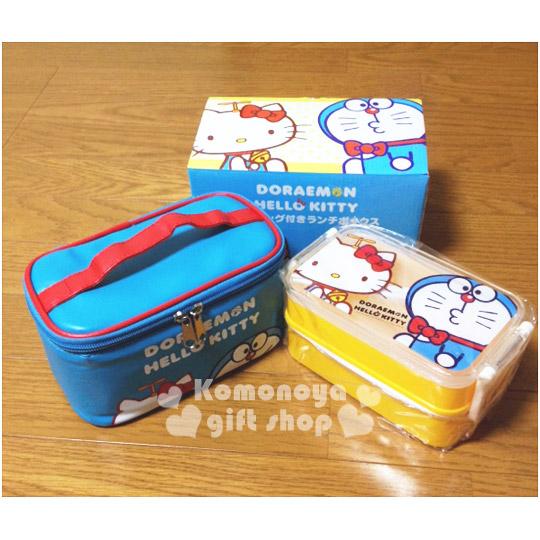 〔小禮堂〕KittyX哆啦A夢 雙層便當盒《藍黃.側坐.共660ml》附保冷便當袋