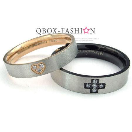 《 QBOX 》FASHION 飾品【W10023464】精緻個性克羅心圓盤鑲鑽圖騰鑄造316L鈦鋼戒指/戒環(珍藏推薦)