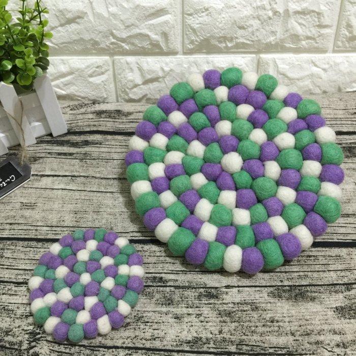 《野餐要買啥》尼泊爾純手工羊毛氈球隔熱墊(淺紫淺綠款-大)