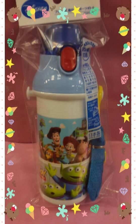 【淘氣寶寶】日本製 日本彈蓋式直飲式水壺480ml [玩具總動員] ~附可拆式背帶及姓名貼紙
