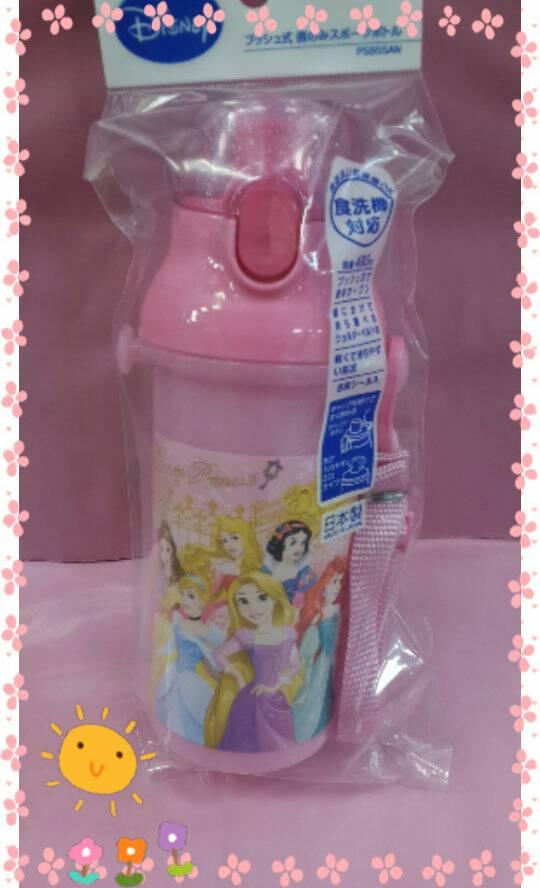 【淘氣寶寶】日本製 日本彈蓋式直飲式水壺480ml [迪士尼公主] ~附可拆式背帶及姓名貼紙
