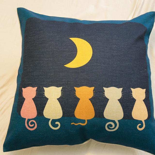 貓咪曬月亮抱枕  棉麻材質  45cmX45cm 花色獨特 觸感扎實