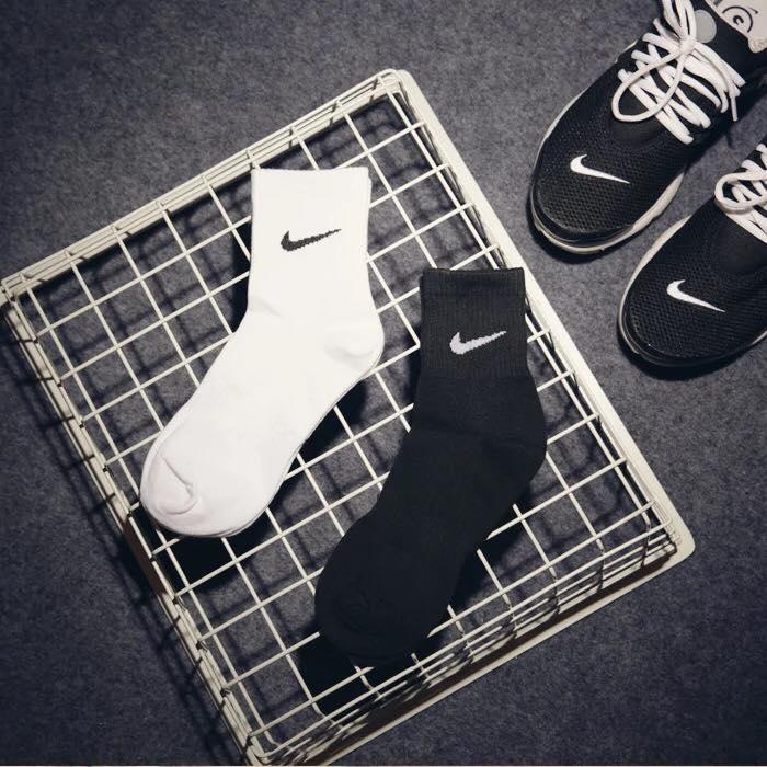 NIKE 勾勾 運動品牌 中統襪 黑/白 兩色