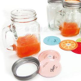 派樂 馬口鐵雙蓋玻璃手把水杯 飲料杯 加厚浮雕款(1入) 梅森杯 玻璃馬克杯 玻璃杯 收納罐 把手水杯 隨身杯 吸管杯 牛奶杯 梅森瓶