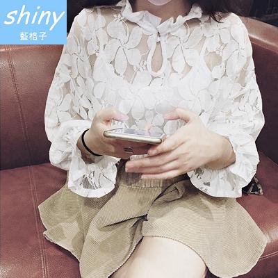 【V4954】shiny藍格子-秋季經典.時尚蕾絲鏤空花朵圖案寬鬆娃娃衫上衣