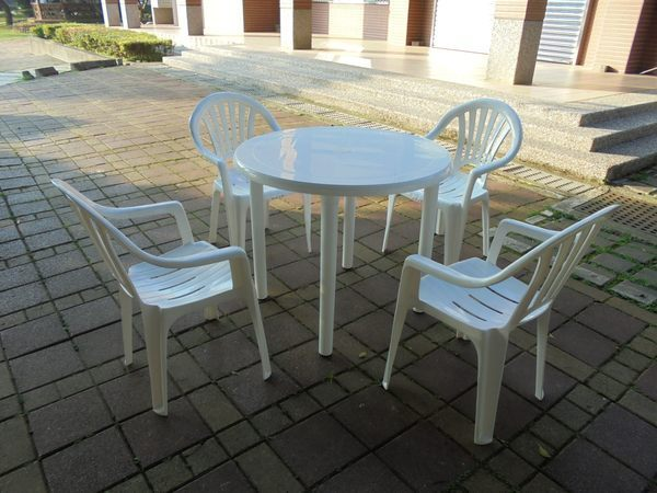 兄弟牌白色塑膠椅+90cm塑膠圓桌一桌四椅組~物美價廉庭院休閒必備!!台灣製