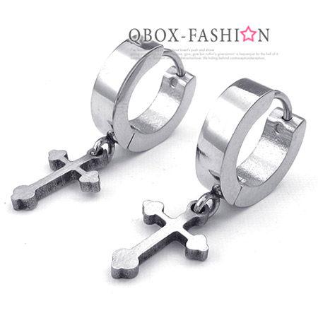 《QBOX 》FASHION 飾品【W10023911】精緻個性黑素面環扣十字架316L鈦鋼環扣式耳環(防過敏)