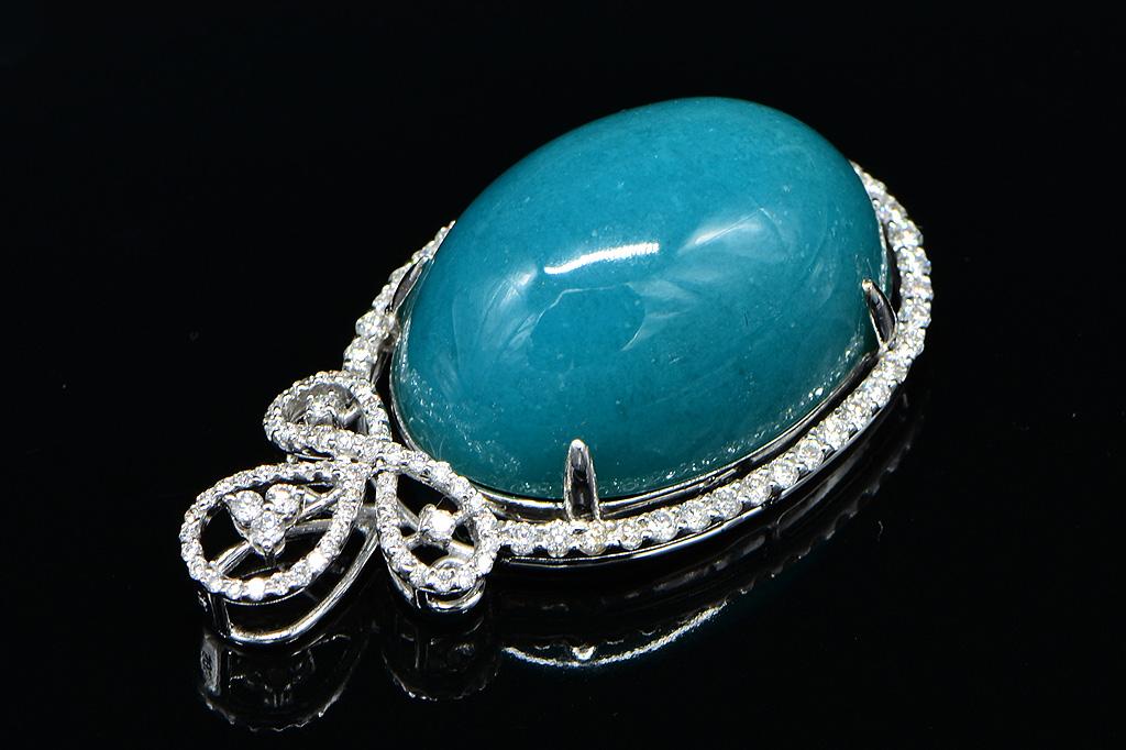 Jade Su Jewelry台灣藍寶鑽墬,主石藍玉髓重80克拉,鑲嵌天然南非鑽石圓形100P總重1.20克拉,搭配14白K金墬台,附中國寶石鑑定書