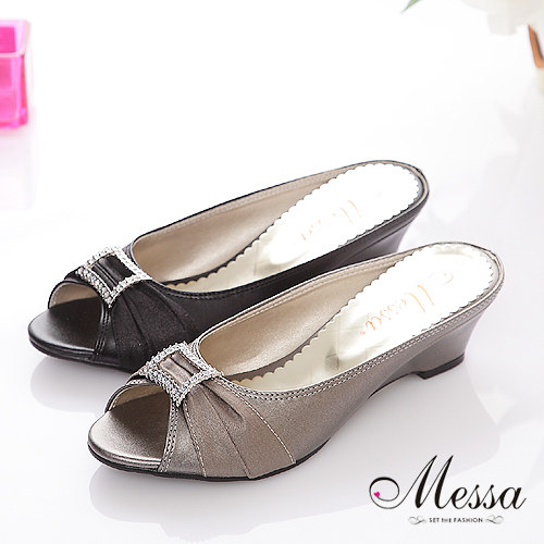 【Messa米莎】輕俏方型水鑽緞面露趾中跟涼拖鞋(共兩色)