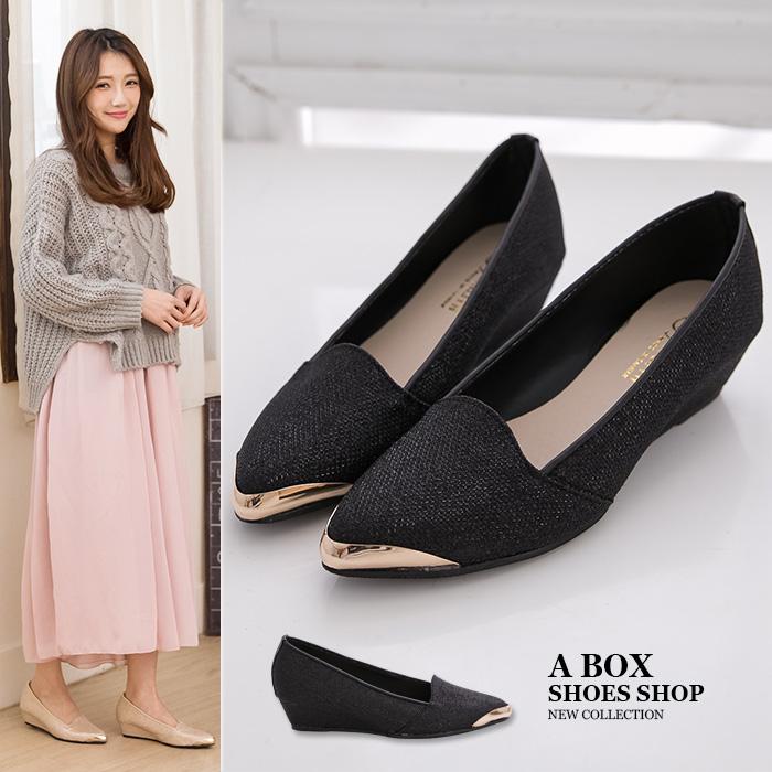 格子舖*【KW3108】MIT台灣製 上班族百搭低調奢華高質感金蔥皮革 3.5CM厚底增高楔型鞋金屬尖頭包鞋 2色
