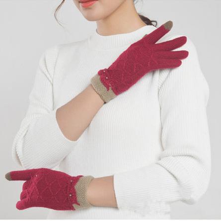 【四 五精選】 女士緹花珍珠編織保暖觸控手套 (隨機出貨不挑色)