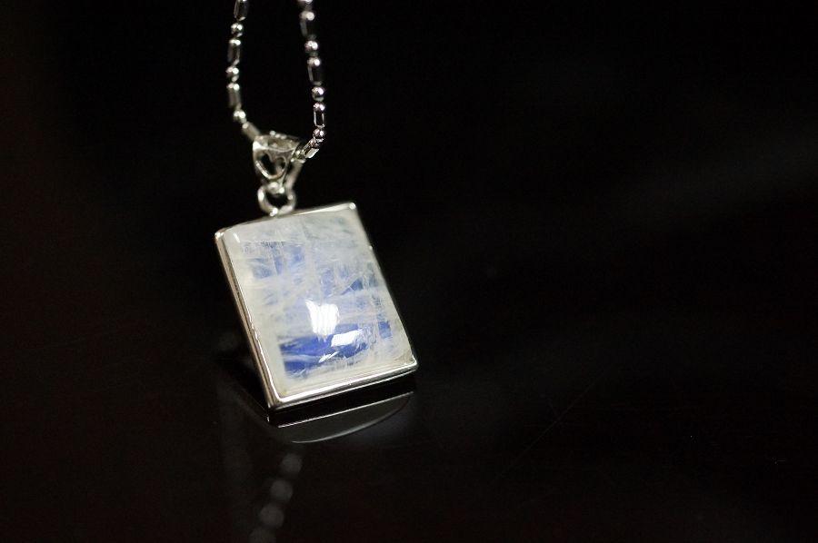 月光石長方型純銀墜飾,天然晶體半透帶藍色自然光芒。 °☆╮喨喨飾品╭☆° M310