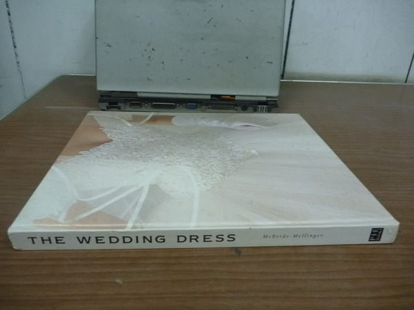 【書寶二手書T4/美容_ZFJ】The Wedding Dress_McBride-Mellinger_1993年