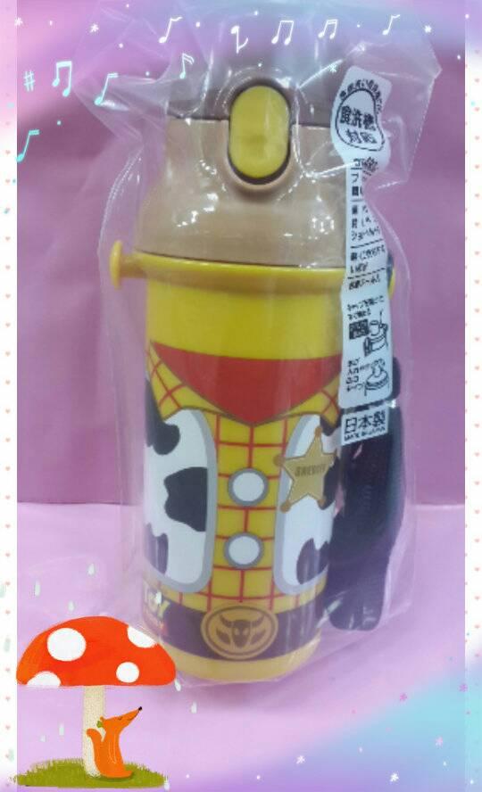 【淘氣寶寶】日本製 日本彈蓋式直飲式水壺480ml [玩具總動員/胡迪] ~附可拆式背帶及姓名貼紙