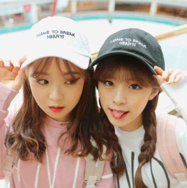 50%OFF【E013107H】韓國簡約時尚字母黑白動感棒球帽嘻哈機車帽子女鴨舌彎簷帽子老帽