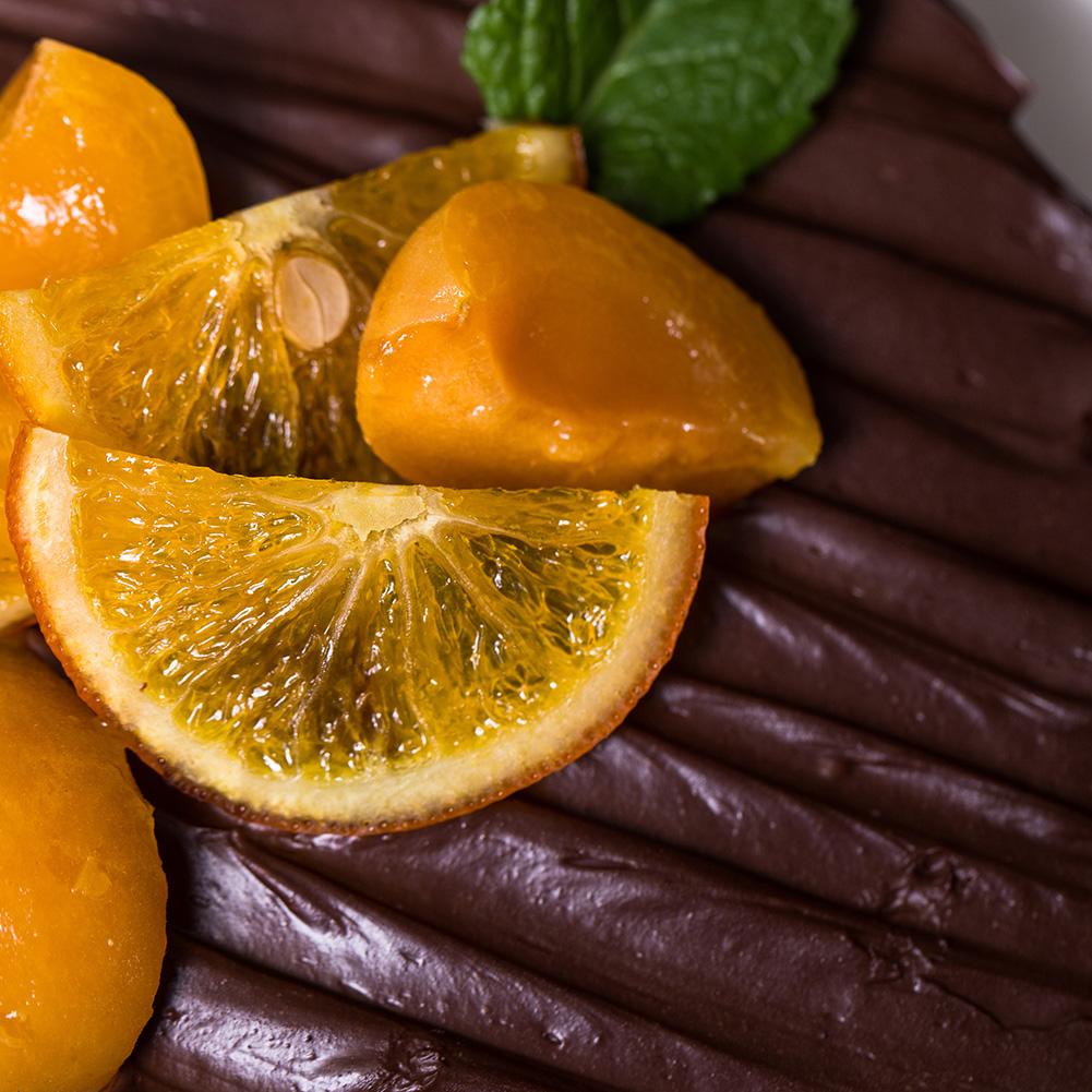 6吋香橙杏桃布朗尼**有別於一般美式做法,巷弄菓子使用法式,繁複程序的方式製作無添加劑,調整出黃金比例濕潤的蛋糕體,不使用香精,加入新鮮香橙,桔皮,微酸杏桃,再淋上滑順濃郁柑曼怡生巧克力,層層堆疊豐富的口感,香氣十足的柑橘風味甜蜜愉悅。適合喜愛巧克力的朋友,長輩,慶祝,派對,午後的小確幸~