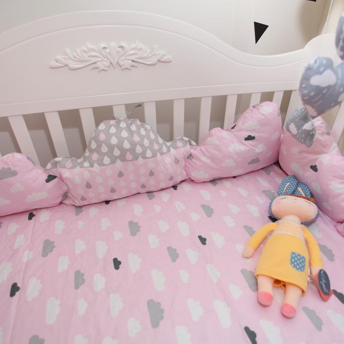 「DouDouMiki」嬰兒床組。【粉色雲朵】。床包。床單。被套。枕套。床邊置物袋。