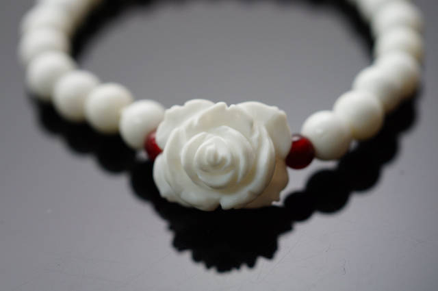 硨磲石雕刻薔薇花  可消災解厄、避邪鎮煞、保平安,長期配戴具有不可思議的神奇力量及感應。A219