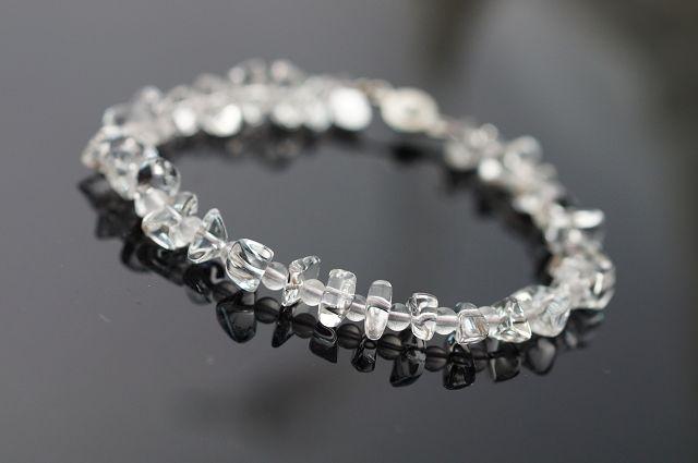 """粉晶又稱芙蓉晶,玫瑰石,愛情石或薔薇水晶,粉紅色的柔和顏色偶會發出星光般的光芒故又稱""""星光""""。在地球上的礦石中,粉晶是最能夠代表『愛』的能量石。這是一種常見的水晶,很受女性朋友的歡迎,自古以來就常被用來雕刻和作為裝飾品。粉晶是親和力的代名詞,可招人緣 。A25"""